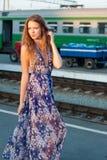 Het wachtentrein van de vrouw op het platform Royalty-vrije Stock Afbeeldingen