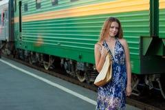 Het wachtentrein van de vrouw op het platform Stock Afbeelding