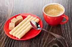 Het wafeltje rolt, suiker op schotel, lepel, kop met koffieespresso op houten lijst royalty-vrije stock foto's