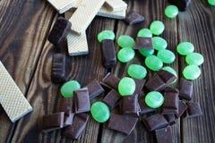 Het wafeltje van het chocoladesuikergoed en het meten van band stock fotografie
