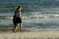 Het wandelen langs de golven stock foto's