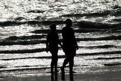 Het wandelen op het Strand stock foto's