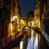 Het wandelen in Venetië bij Nacht Stock Fotografie