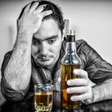 Het wanhopige gedronken Spaanse mens drinken stock foto's