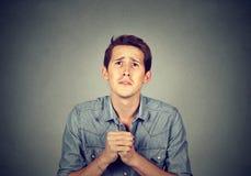 Het wanhopige mens tonen clasped handen, droevig voor fout royalty-vrije stock foto's