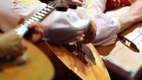 Het wapen die van de musicus muzikale instrumenten stemmen stock videobeelden