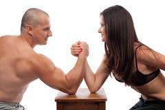 Het wapen van de man en van de vrouw het worstelen Stock Fotografie