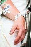 Het wapen van de patiënt van het ziekenhuis met manchet en IV royalty-vrije stock afbeeldingen