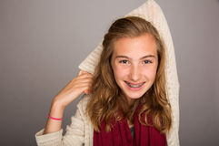 Het wapen van de tienerholding achter hoofd stock fotografie