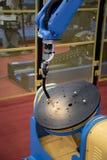 Het wapen van het robotlassen royalty-vrije stock afbeelding