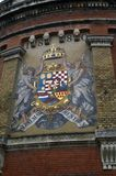 Het wapenschild op de kasteelmuur in de stad van Sevilla stock afbeeldingen