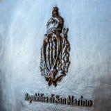 Het wapenschild van San Marino op de zwarte brievenbus Royalty-vrije Stock Afbeelding