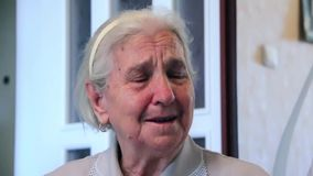 Het ware oprechte huilen van bejaarde stock footage