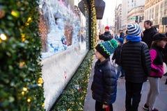 Het Warenhuis van Macy in Herald Square in Manhattan met de vertoningen van het vakantievenster stock afbeeldingen