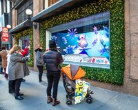 Het Warenhuis van Macy in Herald Square in Manhattan met de vertoningen van het vakantievenster stock foto