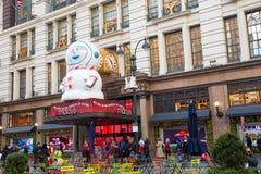Het Warenhuis van Macy in Herald Square in Manhattan met de vertoningen van het vakantievenster stock fotografie