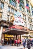 Het Warenhuis van Macy in Herald Square in Manhattan met de vertoningen van het vakantievenster royalty-vrije stock foto