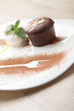 Het warme Fondantje van de chocoladecake met roomijsbal, amandel, munt, c Stock Afbeeldingen