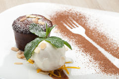 Het warme Fondantje van de chocoladecake met roomijsbal, amandel, munt, c Stock Foto