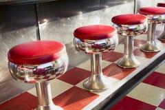 Het warme Ochtendzonlicht benadrukt Deze prachtig Klassieke Diner Zetels Stock Foto