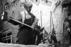 Het wascijfer van oude smid raakte ijzer, zwart-wit beeld stock foto's