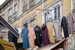 Het wassen het hangen over de straat dichtbij de Grote Bazaar in Istanboel royalty-vrije stock foto's