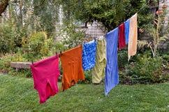 Het wassen het hangen op drooglijn Stock Foto's