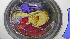 Het wassen klerenmachine het spinnen draagt ondergoedkleding stock footage