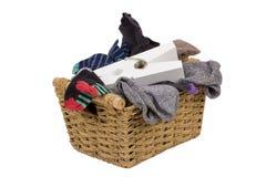 Het wassen in rieten mand die op wit wordt geïsoleerdl Stock Fotografie