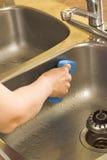 Het wassen van de gootsteen Stock Foto's