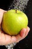 Het wassen van een appel stock afbeelding