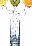 Het water daalt in glas op sinaasappel, kiwi en citroen Stock Afbeeldingen