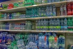 Het water in de supermarkt stock foto's