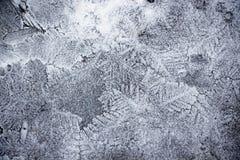 Het water in de vijver omgezet in ijs met mooie en gevarieerde patronen wordt bevroren dat Royalty-vrije Stock Foto's