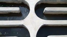 Het water die door kanalen vloeien om de watervoorziening te behandelen stock footage