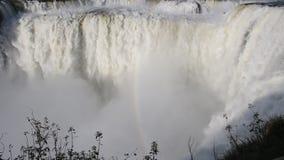 Het water die in Iguazu vallen valt met de regenboog stock videobeelden