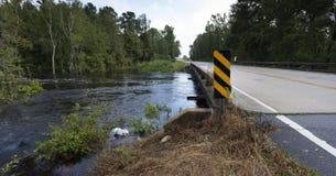 Het water die van orkaanflorence onder een brug meeslepen stock foto's