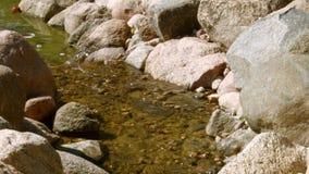 Het water gaat de drempel met stenen over stock footage
