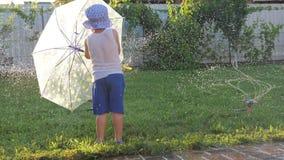Het water geven systeem Gelukkige kinderjaren stock footage