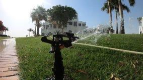 Het water geven van de gebieden Ochtend het water geven gazons 240fps stock videobeelden