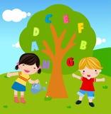Het water geven van de jongen en van het meisje boom Royalty-vrije Stock Foto's