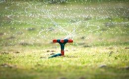Het water geven van de tuin systeem met spiraalvormige nevels. Stock Foto