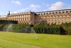 Het water geven van het gazon bij het park van het Louvre Stock Afbeelding