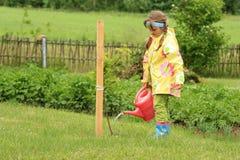 Het water geven van het meisje appelboom Stock Fotografie