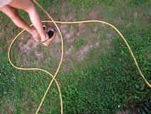 Het water geven van het meisje gras Royalty-vrije Stock Foto