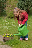 Het water geven van het meisje tuinbloemen Royalty-vrije Stock Fotografie
