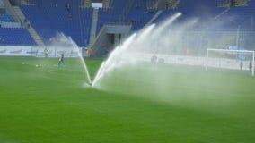 Het water geven van het Voetbalgebied vóór de gelijke stock video