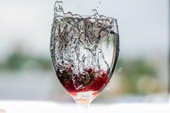 Het water giet in een glas royalty-vrije stock foto