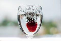 Het water giet in een glas royalty-vrije stock foto's