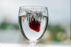 Het water giet in een glas stock afbeeldingen